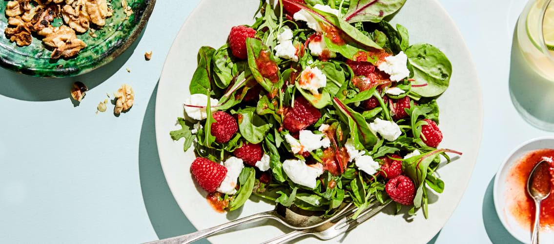 Salat med chevre og bringebær-vinaigrette.