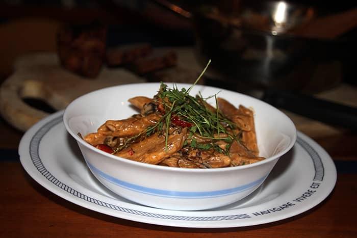 Enkelhet og høyt næringsinnhold er nøkkelord på eventyr. Her er en pasta på sjøgress, traktkantareller og tomat.