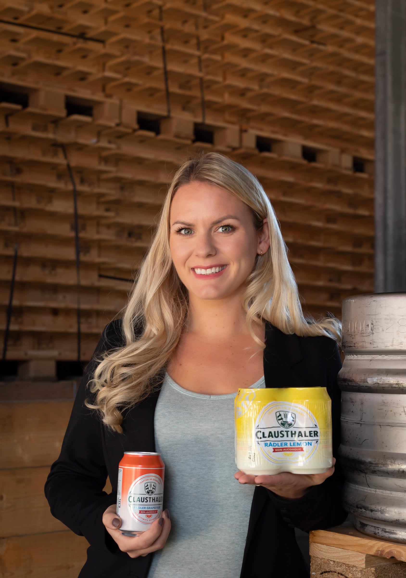 Henriette Berland holder to ulike smaker med radler