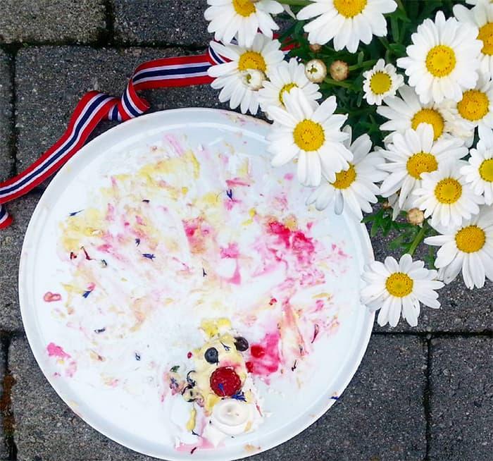 Et bittelite stykke igjen av 17. mai-pavlovaen ! Det ble dårlig med bilder av årets kake før den ble spist - noen ganger er det helt greit å glemme både tlf og kamera, og bare nyte stemningen. FOTO: @bakemagi_