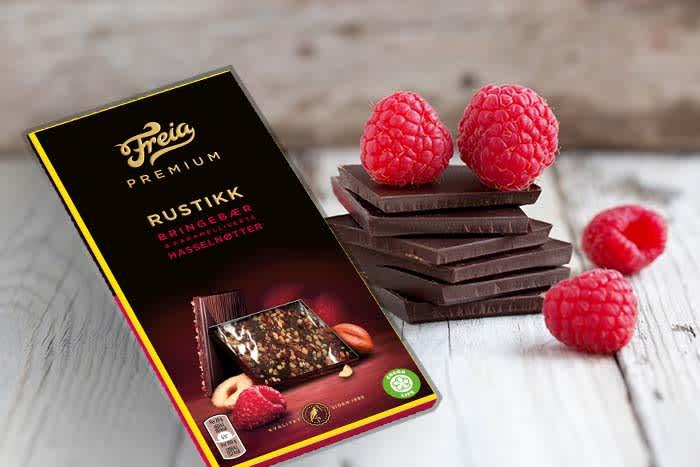 Frukt og sjokolade er alltid en god match. Har du ikke lyst eller tid til å lage selv, er Freia Premium rustikk bringebær og karamelliserte hasselnøtter også et godt alternativ.