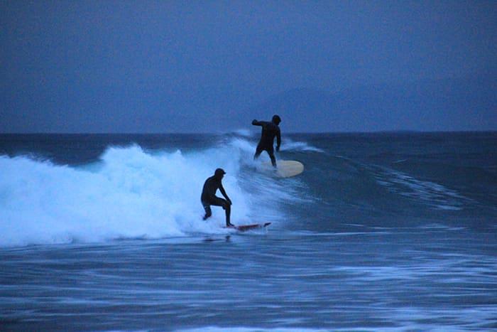 Med ankeret i sjøen surfet vi Norskehavets bølger – og padlet tilbake i båten uten å berøre landjorda. Her er Jaako og Pontus på en partybølge.