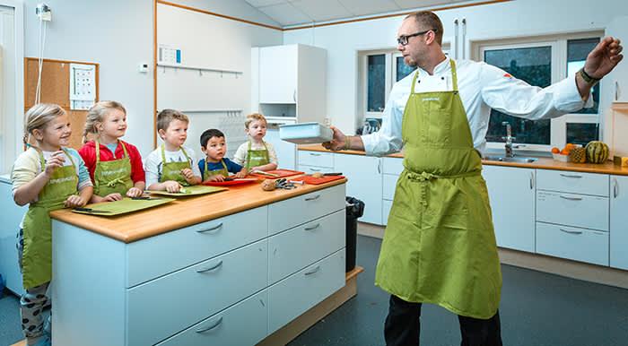 """La barna være med på matlagingen, så blir det også mer spennende å smake på ny eller """"skummel"""" mat. Foto: Nina Holtan"""