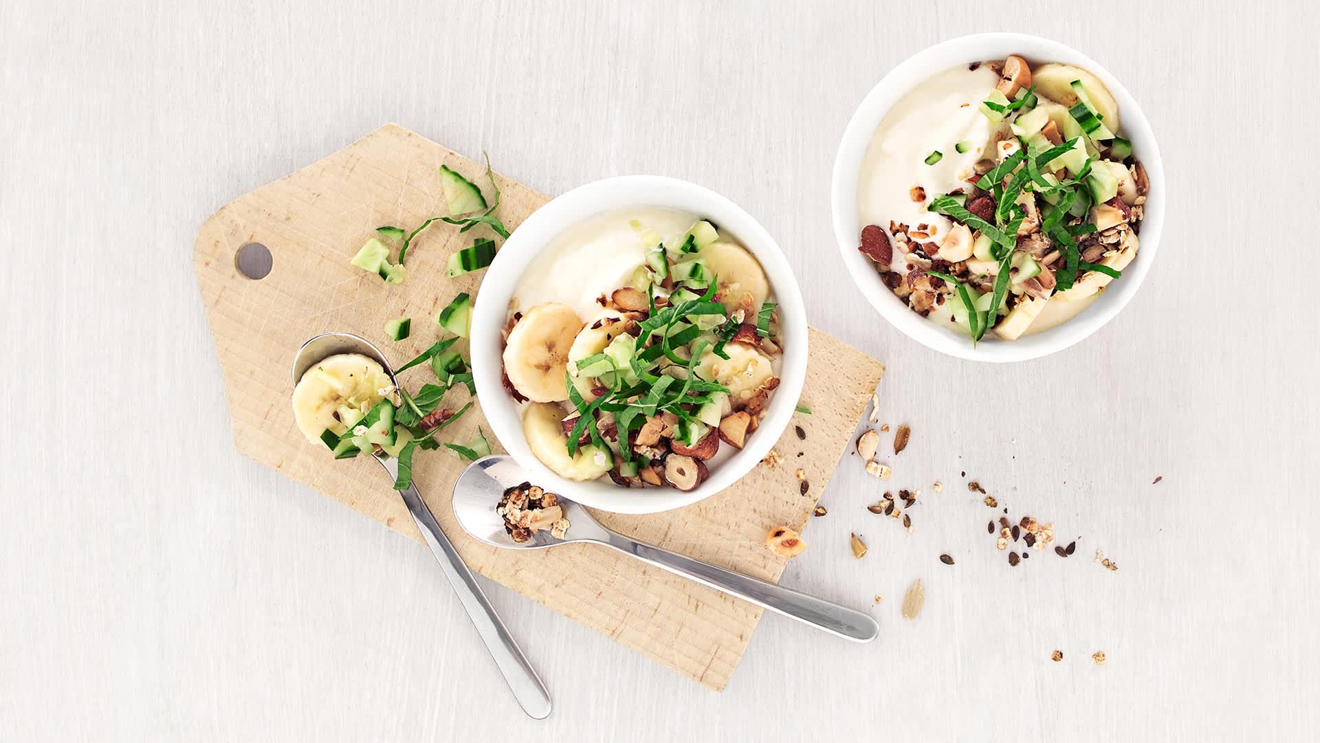 Yoghurt med müsli og salat.