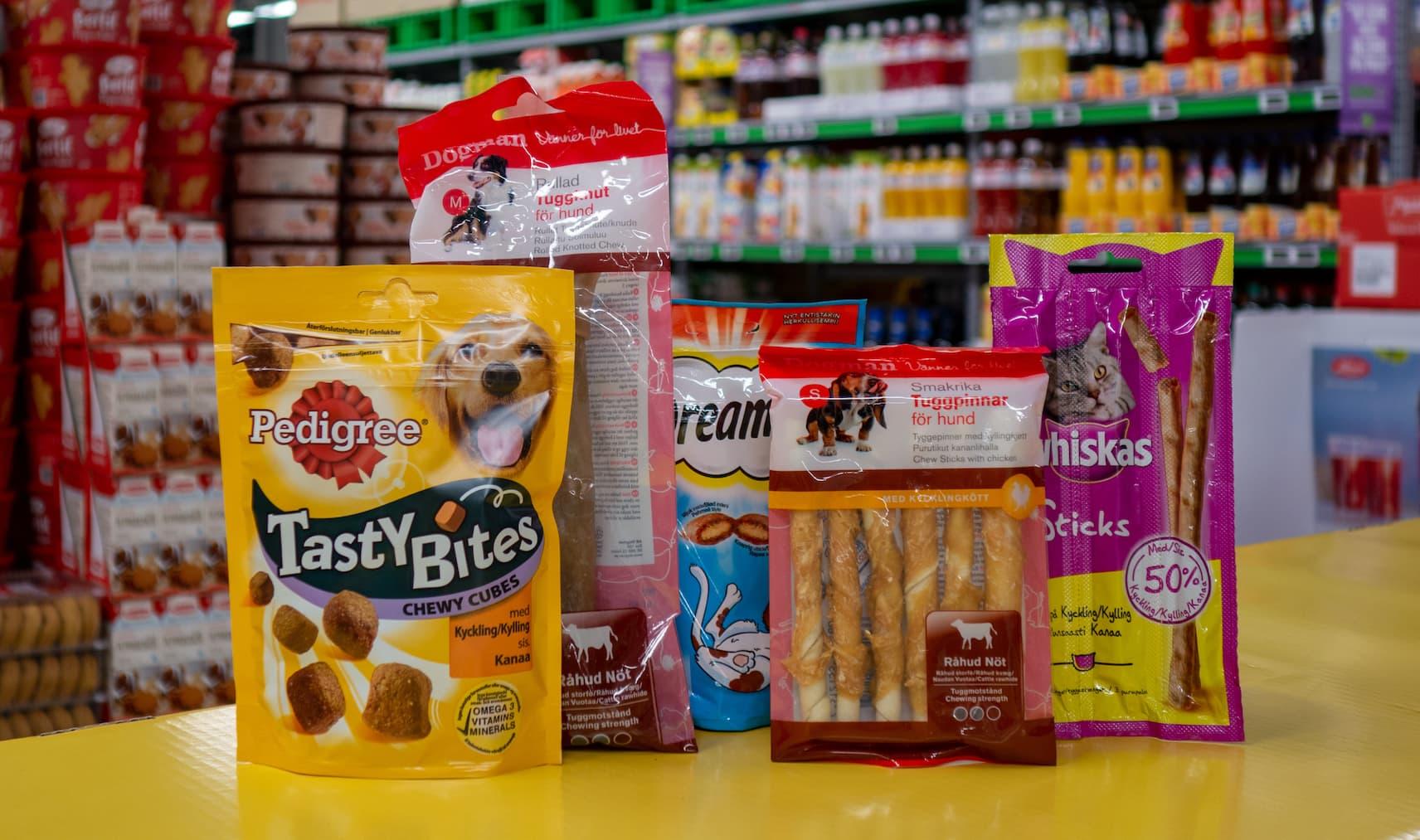 JULEGAVEN TIL KATT OG HUND: Hos KIWI finner du ulike varianter av snacks til de firbeinte.