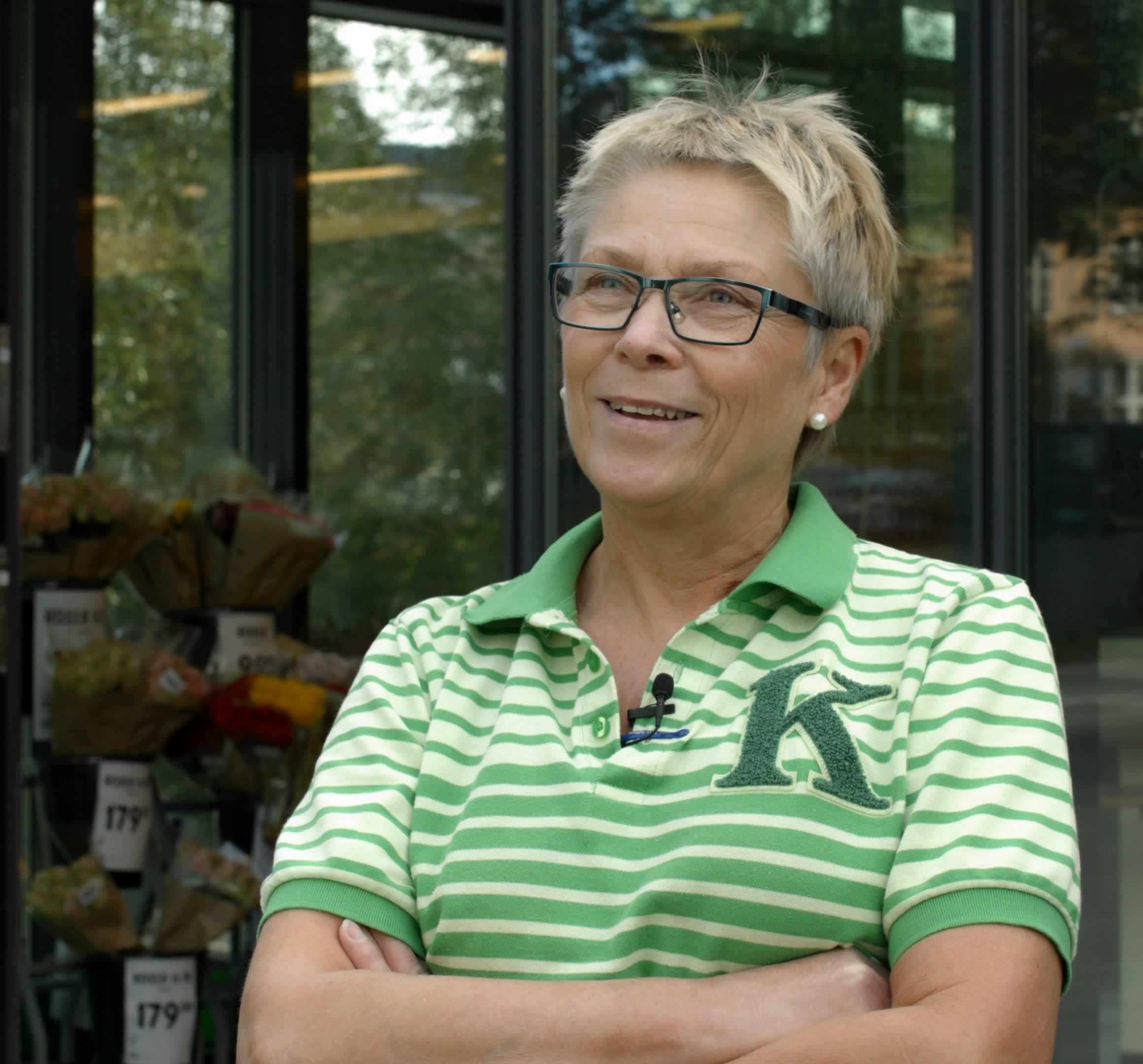 Wenche Larsen har jobbet i butikken i Balsfjordgata i 44 år, og gleder seg fortsatt til å gå på jobb.