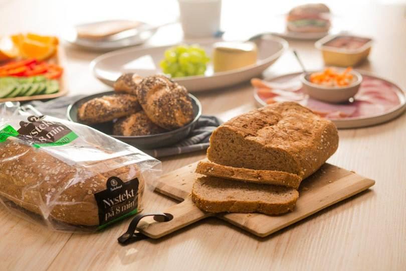 Nystekte brød og rundstykker smaker nydelig til frokost! 📸Bakehuset