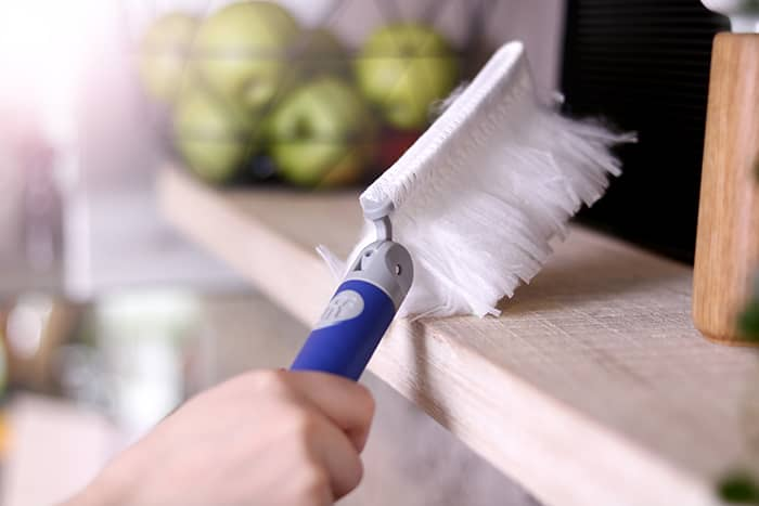 Tørke støv av lamper og større møbler bør gjøres én gang i måneden.