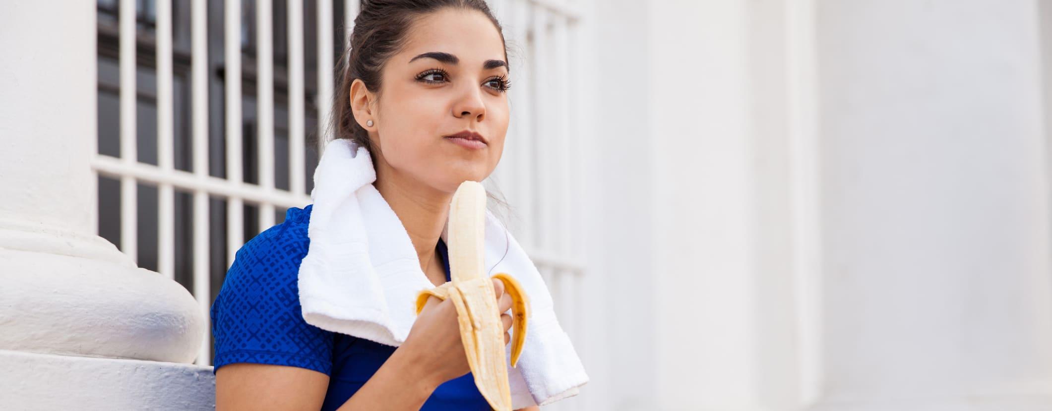 kvinne spiser banan etter løping