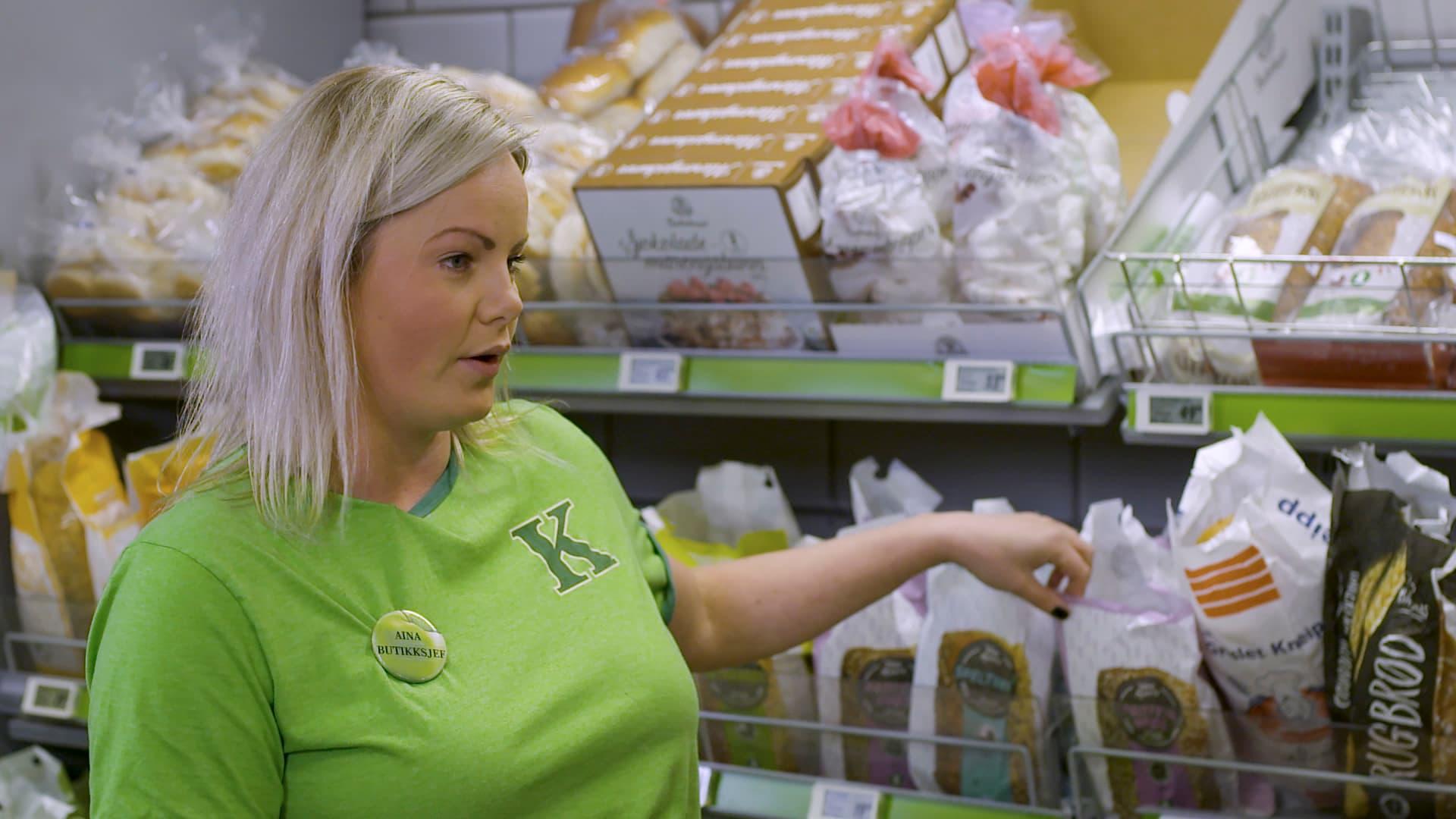 Butikksjef i KIWI Gullhaug, Aina Olsen har blant annet lært familien om riktig oppbevaring av frukt og grønt, organisering av kjøleskap og andre tips til mindre matsvinn.