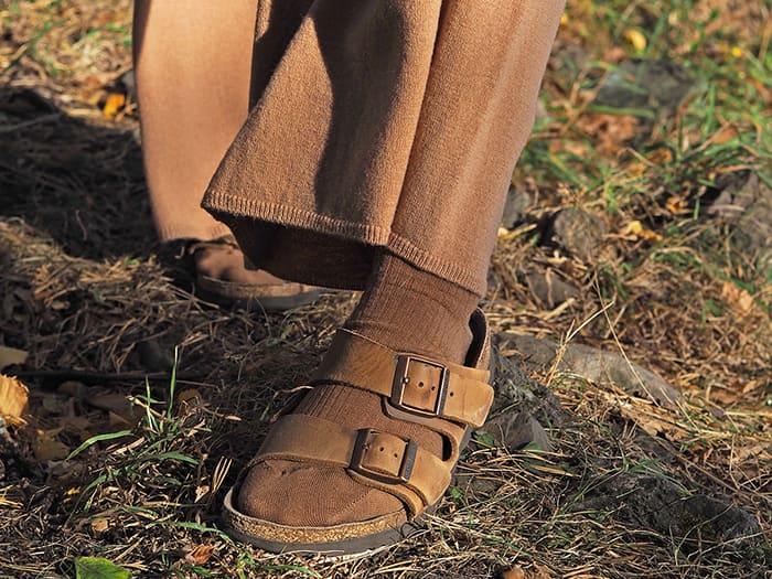 Det er ikke lenger bare forbeholdt fedre å gå med (ull)sokker i sandalene. Foto: Pierre Robert