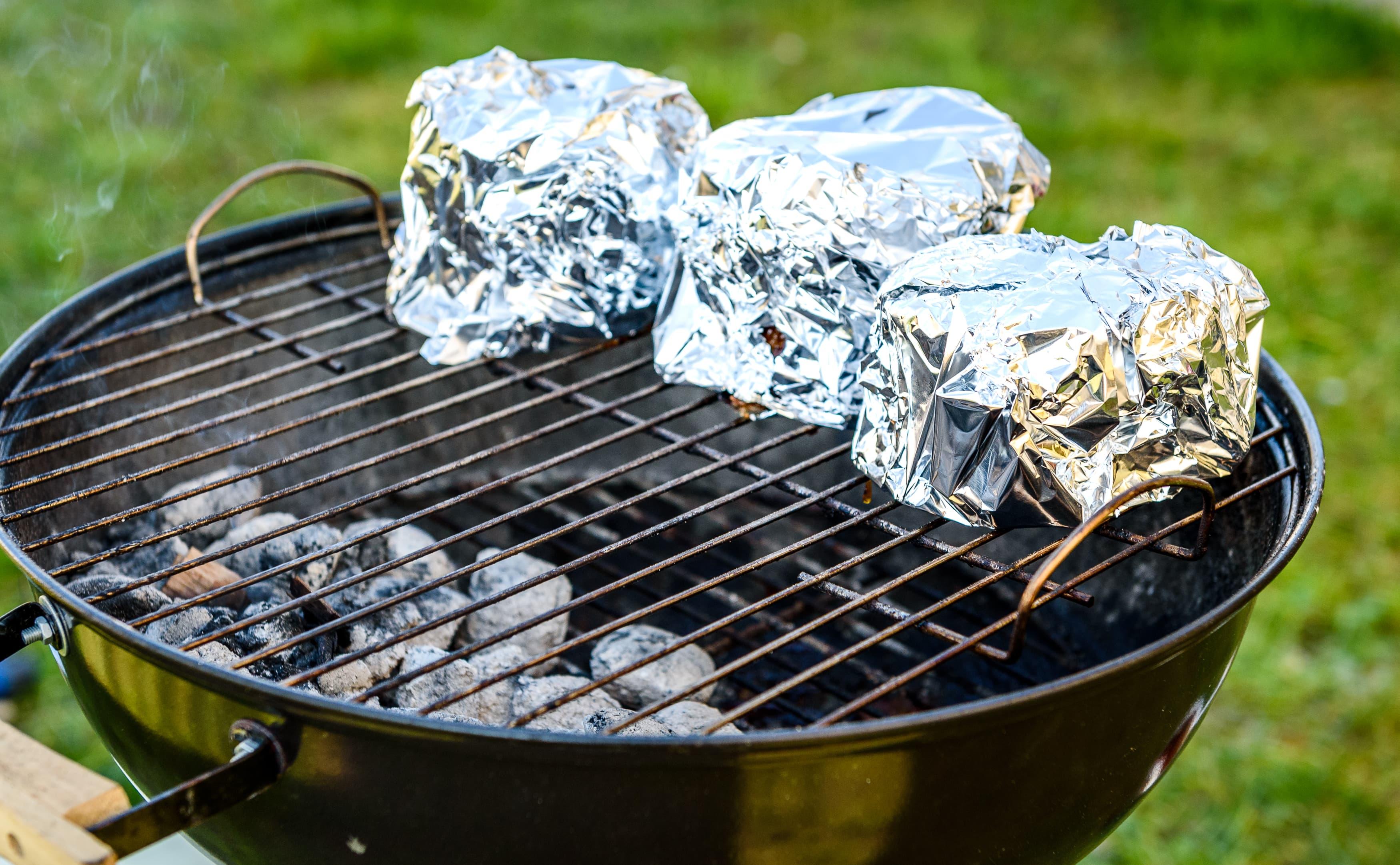 Aluminiumsfolie kan brukes til det meste på grillen!