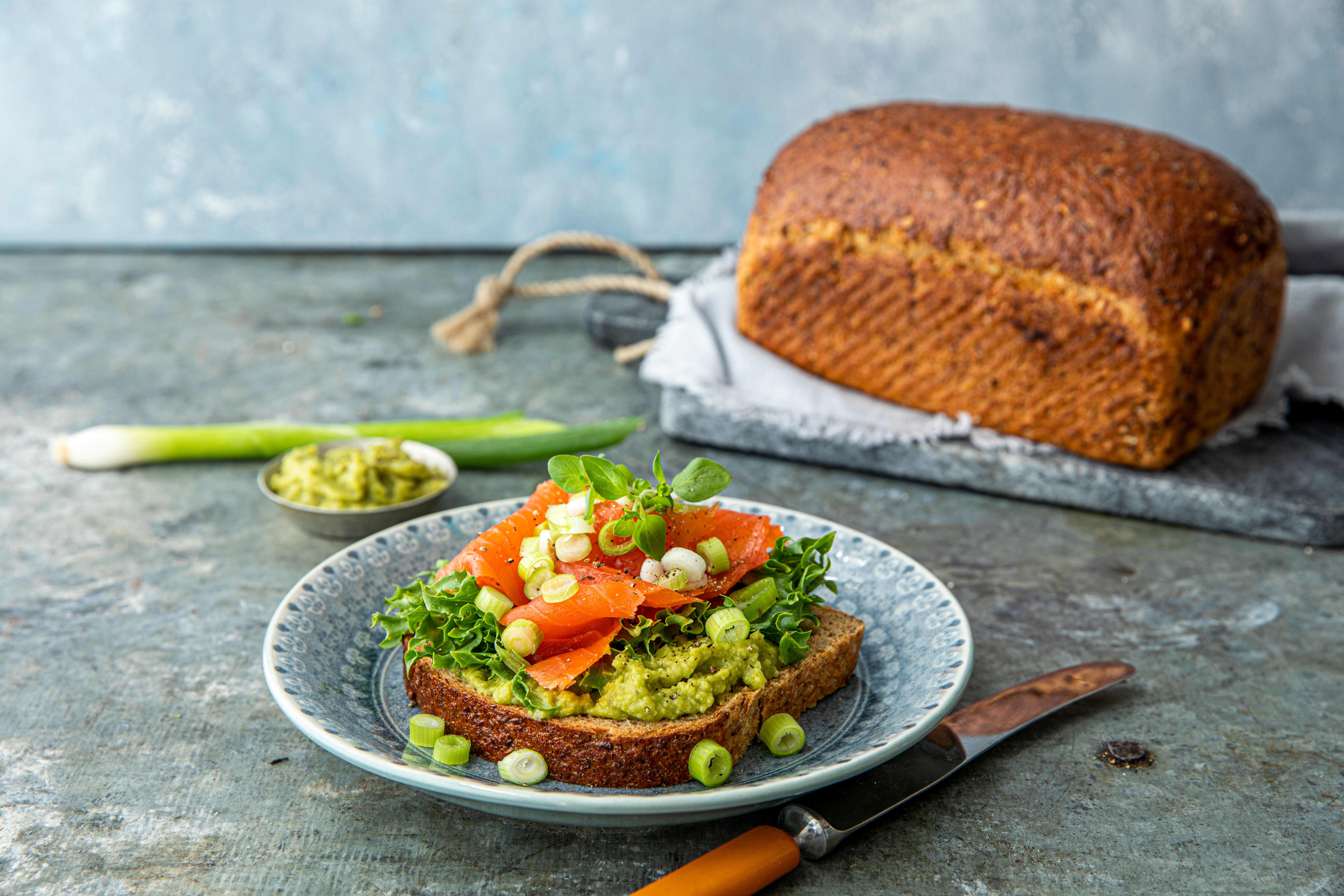 Våre groveste Markabrød med guacamole, røkelaks vårløk og salat. Foto: Sara Johannessen