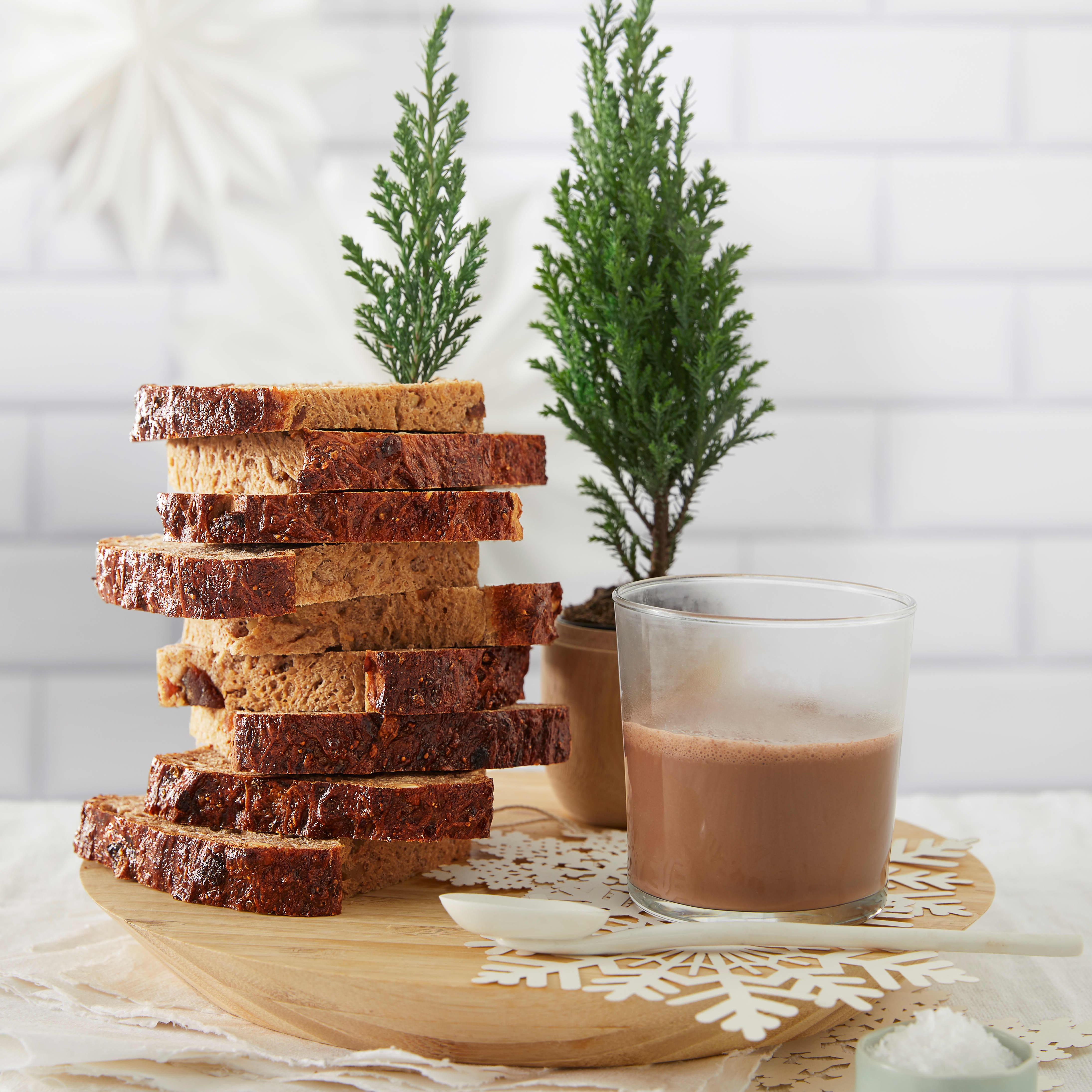 Saftig fikenbrød og kakao er klassikere til julelunsjen. TIlsett cayenne og kardemomme i kakaoen for smak av jul.