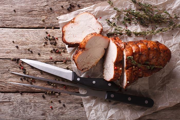 Helstekt kylling eller kalkun er ikke de eneste alternativene. Kalkun- eller kyllingbryst blir også festmiddag når dere ikke er så mange til bords.