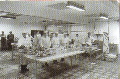 Fabrikkarbeidere på pølsefabrikken. Produksjon av Finsbråtenpølser fra tidlig periode.