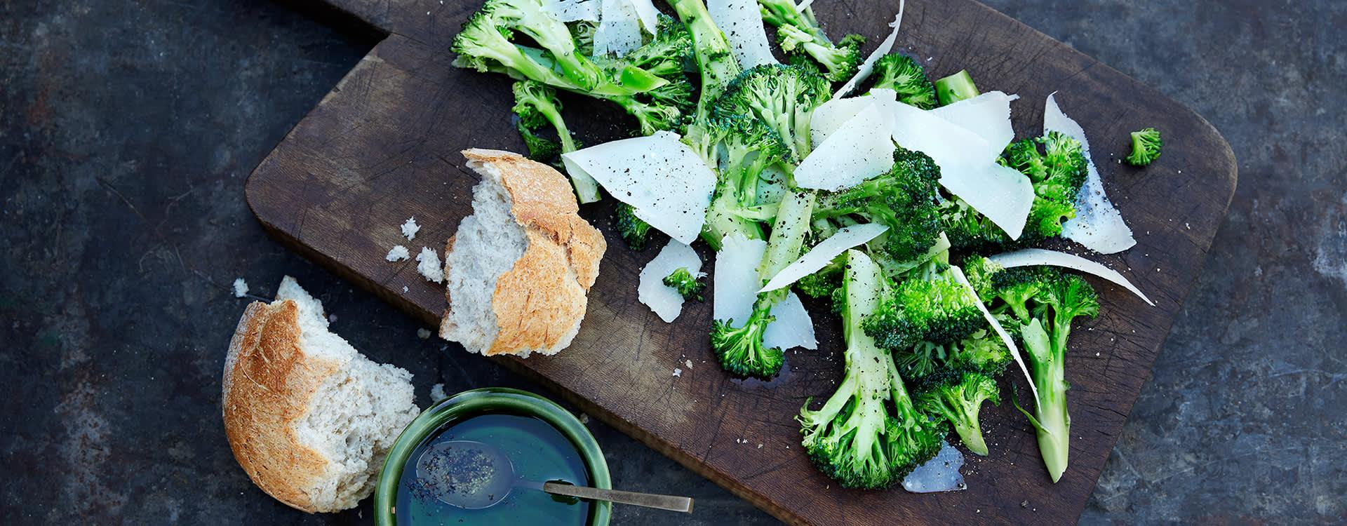 Både stilken og blomsten på brokkolien skal spises!  Med parmesan og pepper har du en supersunn og enkel forrett på null komma niks.