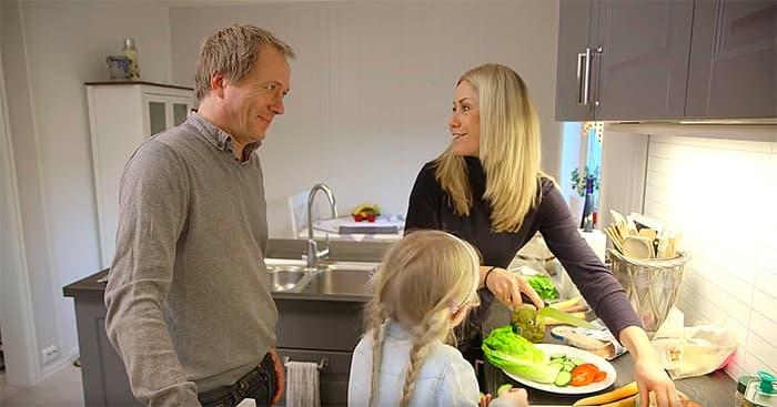 Da Tine Sundfør besøkte Roger og familien, viste hun Roger og yngstedatteren Martine hvordan de kunne lage fiskeburger til familien.