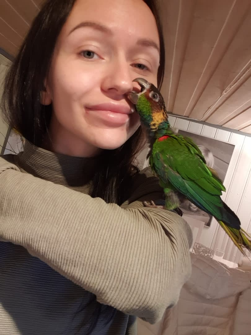 Sandra Nathalie Larsen med den nyopererte papegøyen Lille My.
