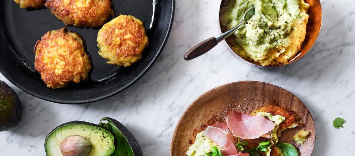 Potetpannekaker med kremet avokadodipp og spekeskinke