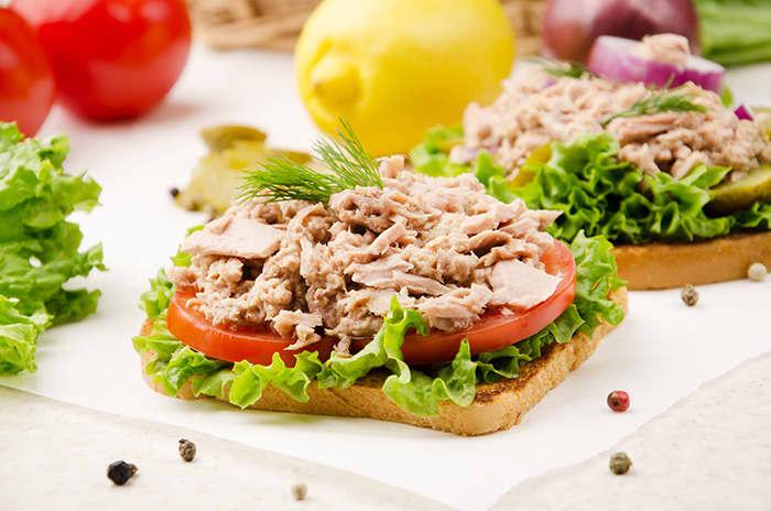 Tunfisksalat i pitabrød eller som pålegg på brødskiven er et godt valg, ifølge Tine Sundfør.