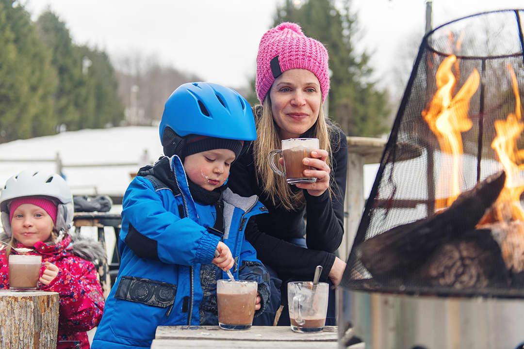 Det er tre tips som er greit å kjenne til hvis du ønsker å lage en litt sunnere kakao til familien: Bruk melk med lavt fettinnhold, sjokolade med høyt kakaoinnhold og ikke tilsett for mye sukker.