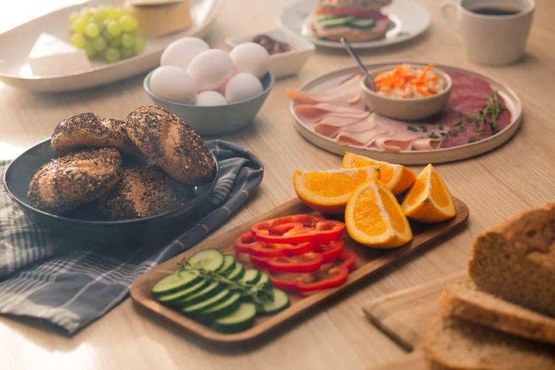 Frukt og grønt i skiver gjør frokostbordet friskere! 📸Bakehuset