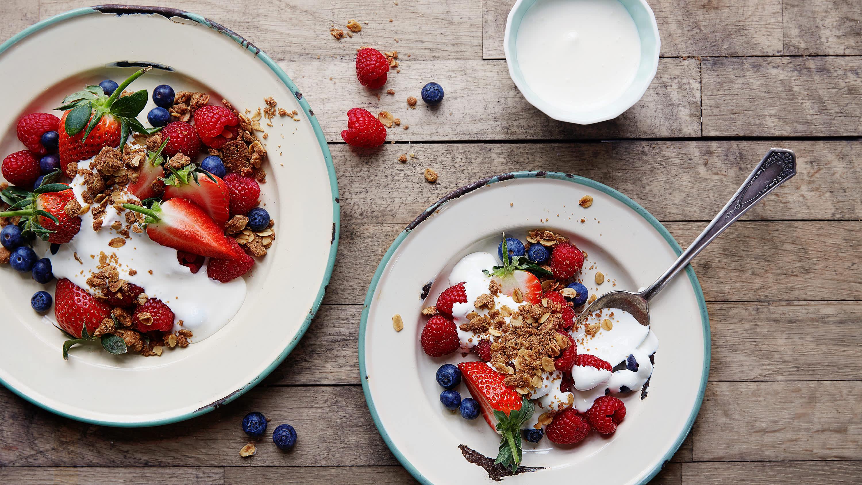 Frisk frukt med rømme og crumble – bytt ut rømme med kesam, kvarg eller Drømmelett for et sunnere alternativ.