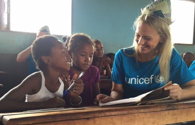 Sammen med UNICEF har KIWI har bygget 20 skoler og én førskole på Madagaskar. Her besøker Kristine Arvin i KIWI én av skolene.