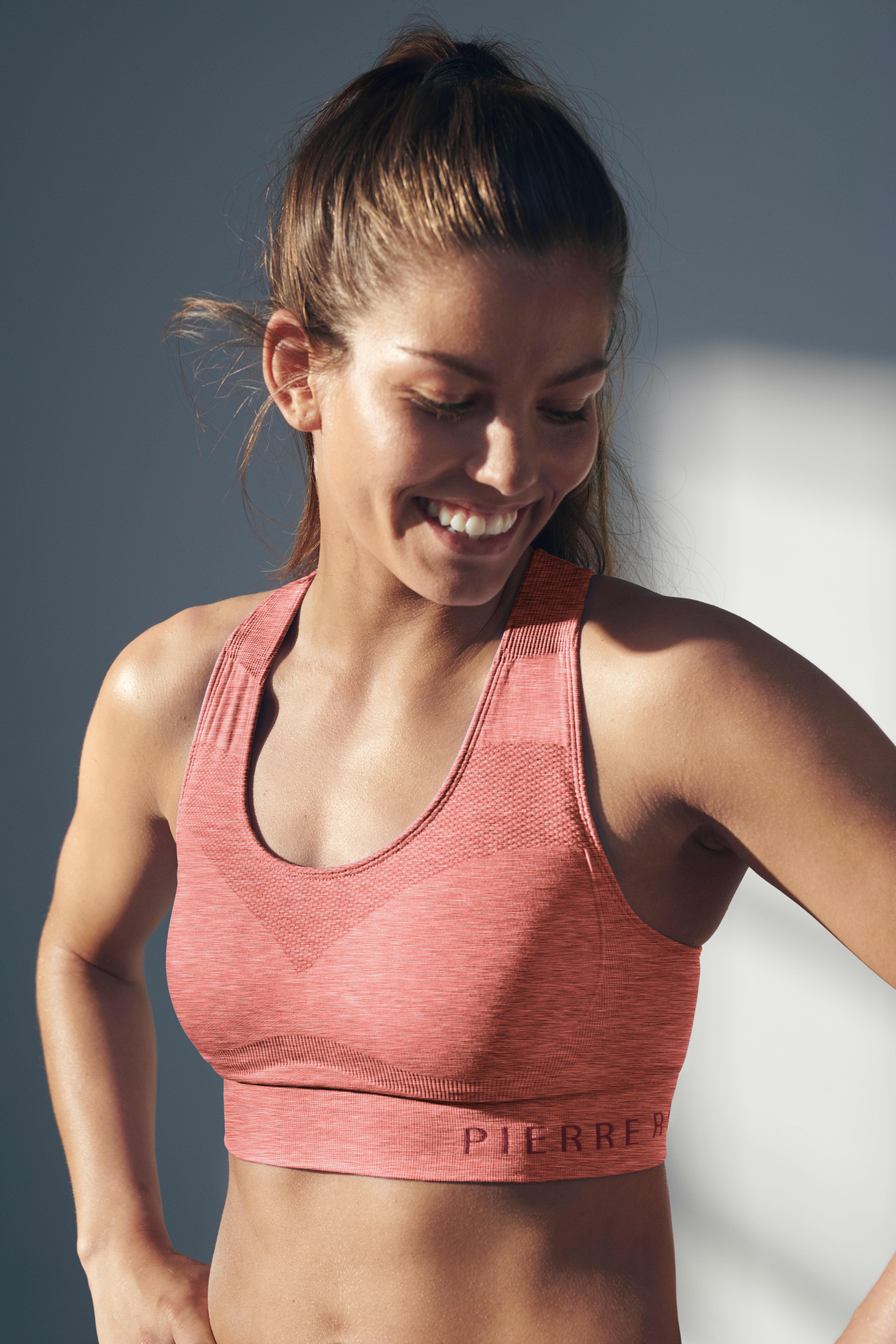 Formstrikkede kopper gir fantastisk komfort og stretch, samtidig som den støtter godt og holder alt på plass.