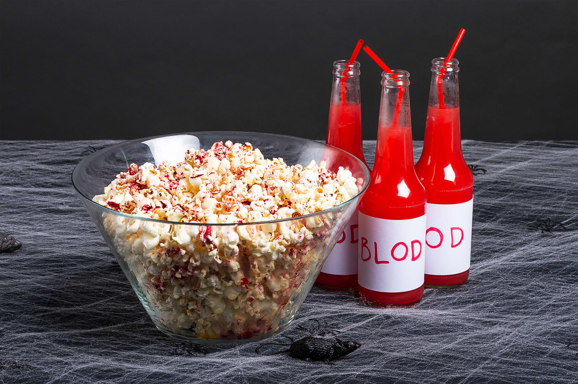 Gjør popcornet festklart med litt rød konditorfarge.