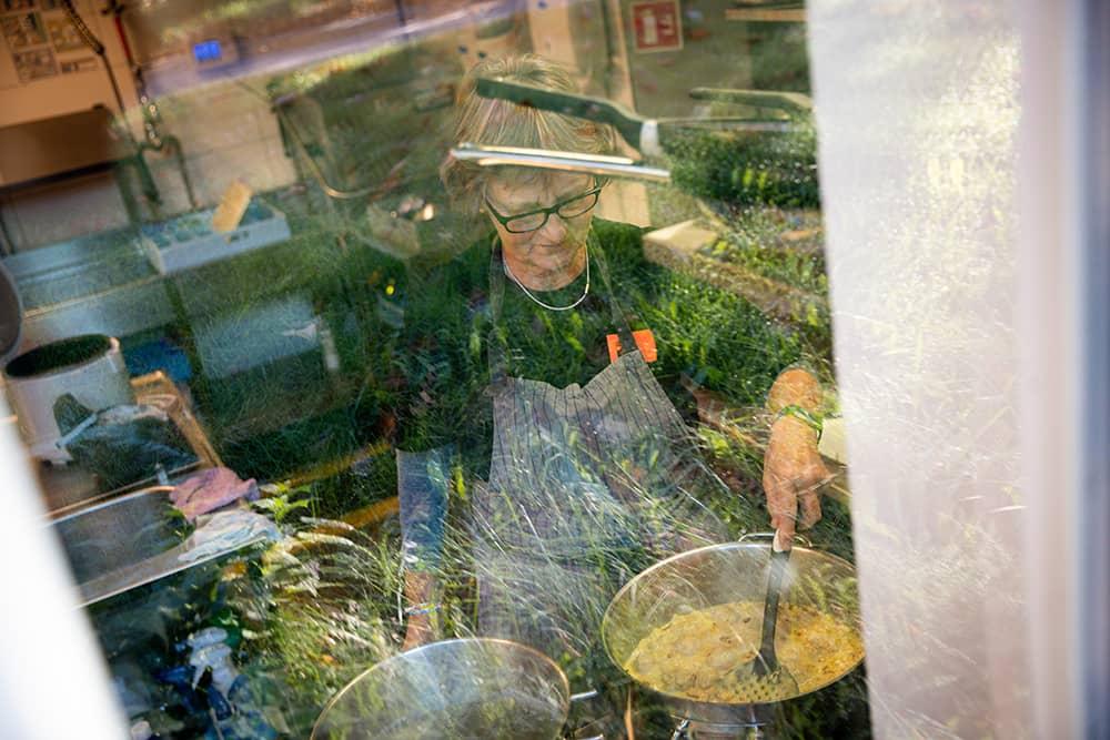Ellen Berg Ellingsen jobber som frivillig på kjøkkenet til Kirkens Bymisjons kafé i Lillestrøm én gang i uken. 📸Torbjørn Brovold