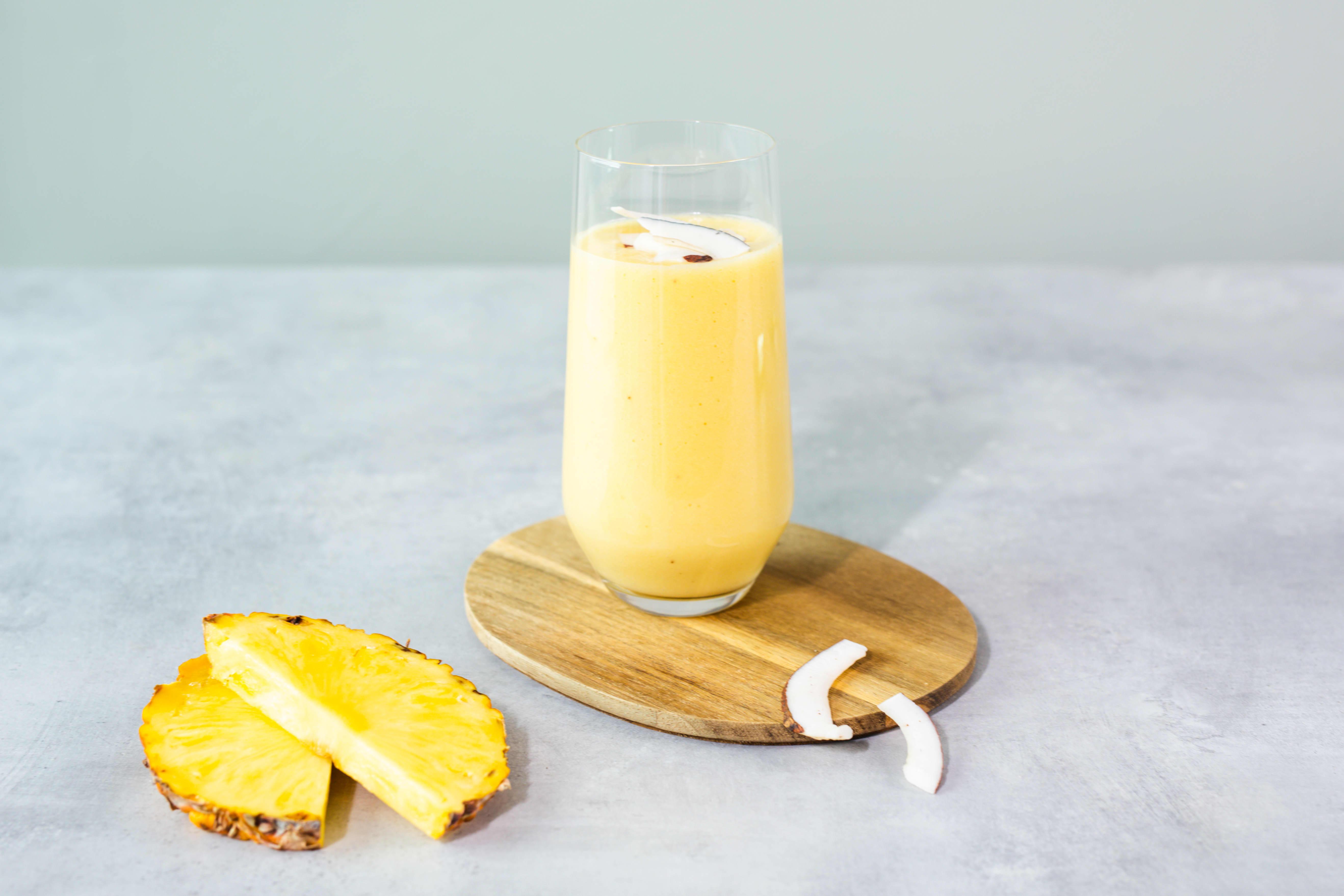 En frisk, gul smoothie med ananas
