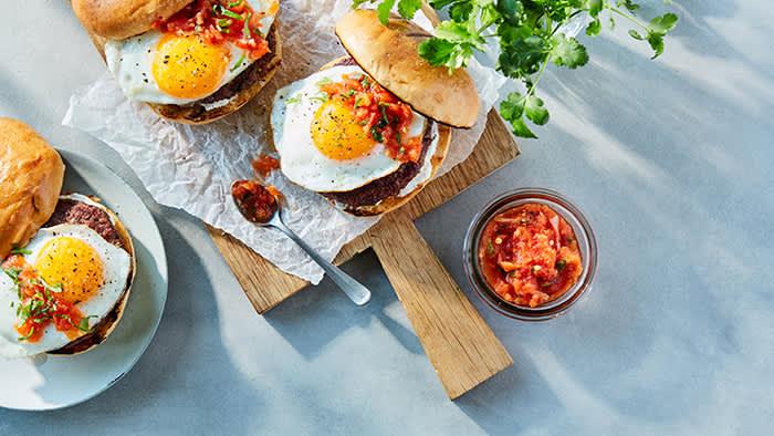 Baconburger med Drømmelett, egg og salsa