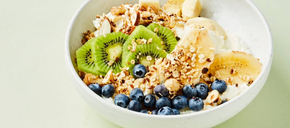 Fresh yoghurtbowl med müsli, frukt og bær