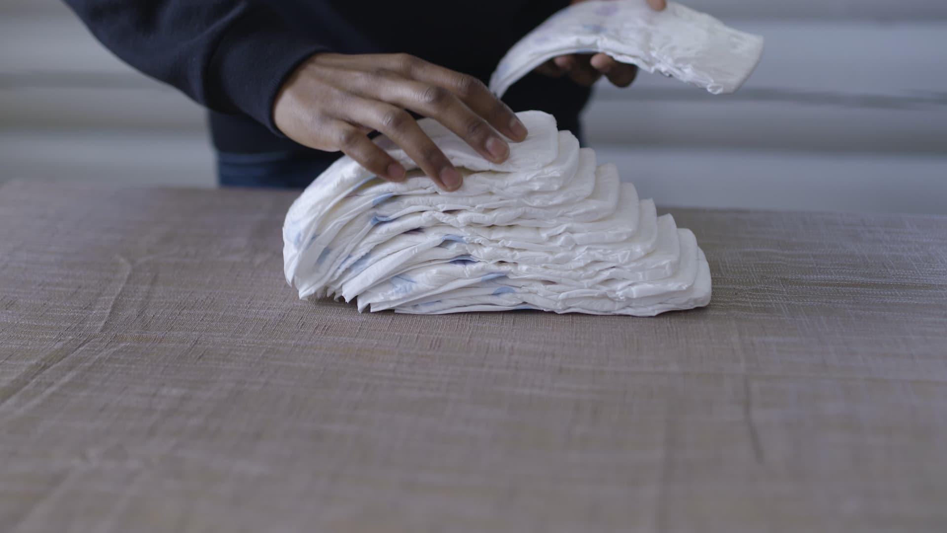 Legg 15 bleier over hverandre. Hver bleie skal ligge 1-2 cm lenger bak enn den forrige.