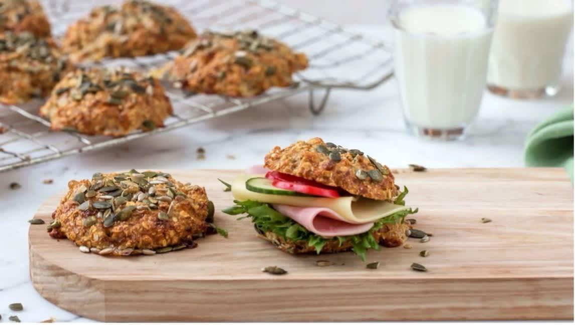 Disse smakfulle proteinrundstykkene inneholder Tine mager cottage cheese og lages i en fei! Foto: Tine