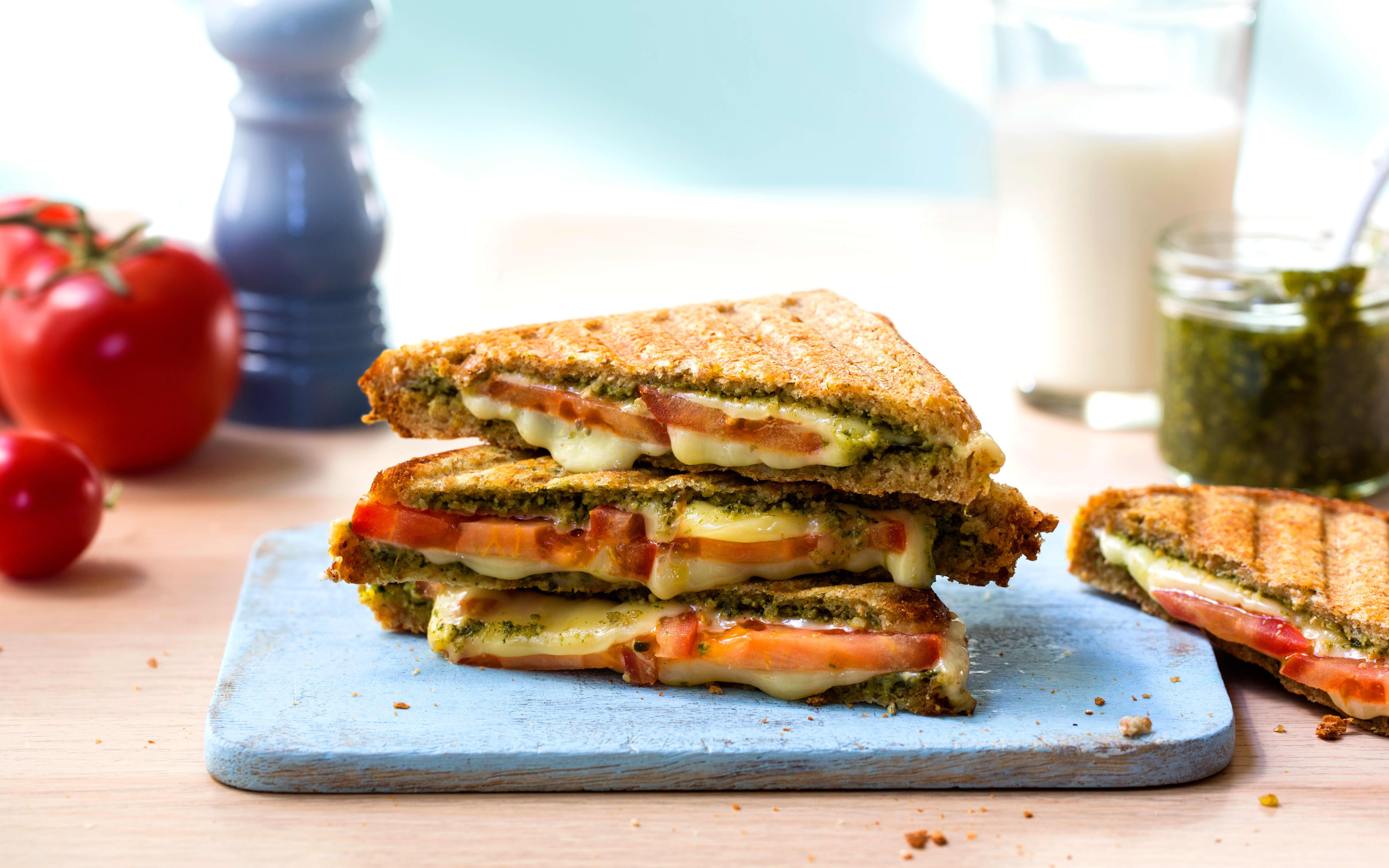 Toast med tomat, pesto og Norvegiaost - en uslåelig kombo! Bilde: TINE