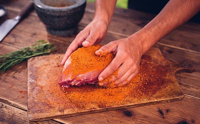 En rub er en krydderblanding du strør på kjøttet og masserer inn rett før grilling