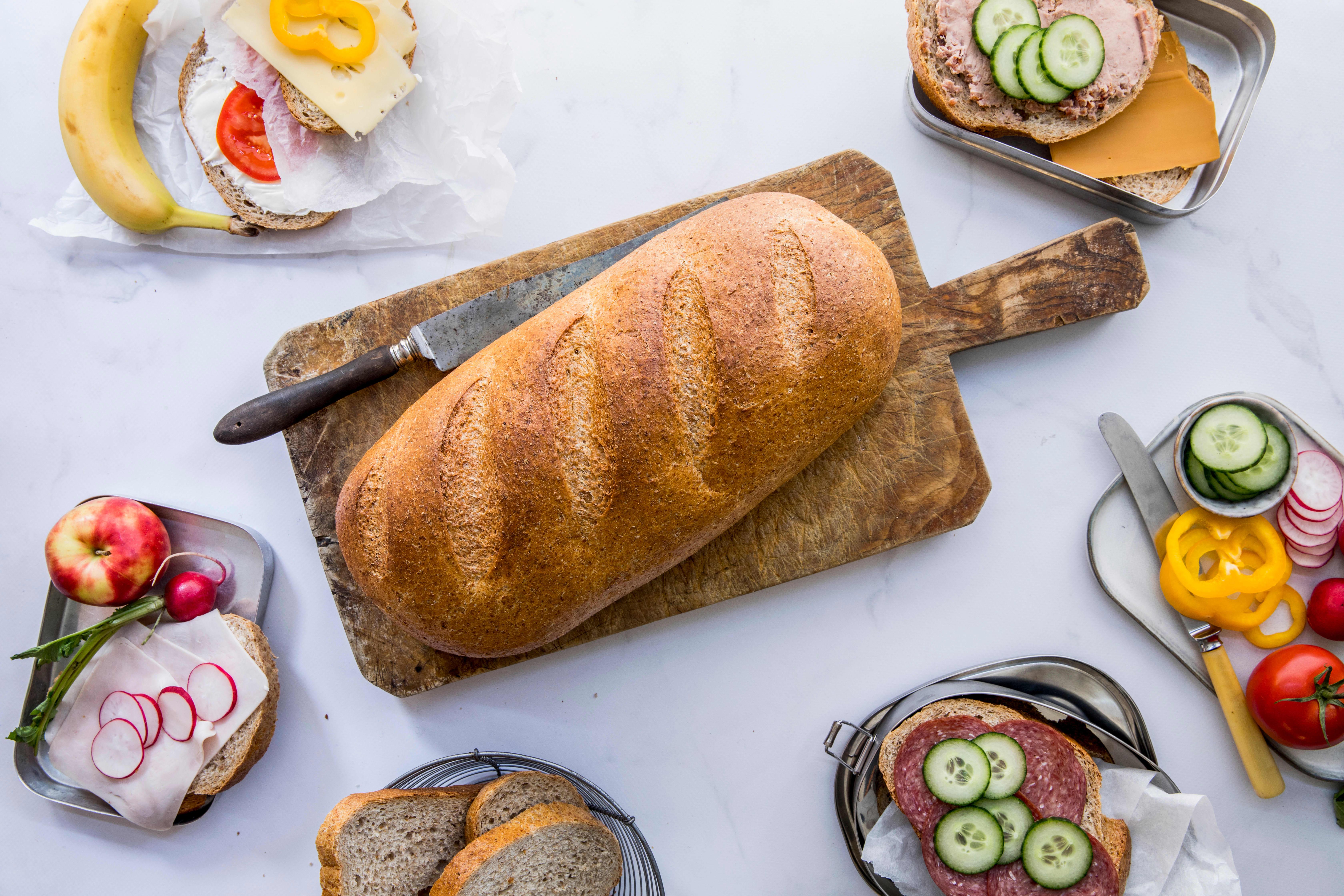 Super Kneipp er et ekstra stort grovt brød uten hele korn og frø, som passer for hele familien.