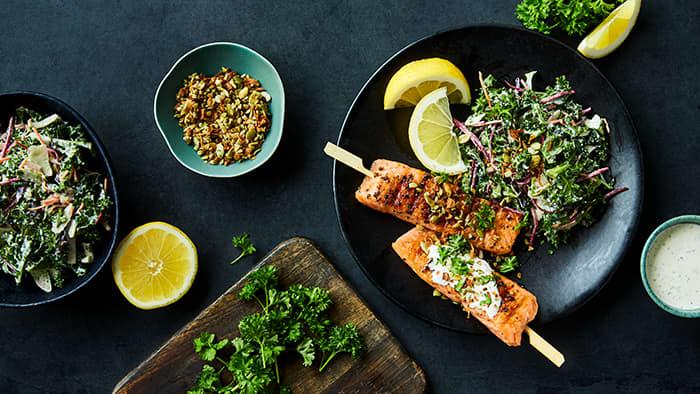 Grillet Salmon Sticks med sprek grønnkålsalat og yoghurtsaus med hvitløk & mynte