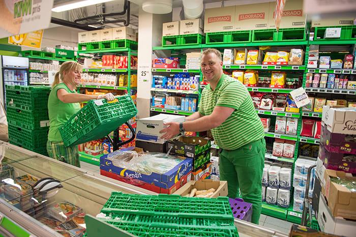 KIWI midt i sentrum av Kragerø har hektiske dager i den travle sommerbyen. Butikksjef Terje Larsen får hjelp av Maiken Minde Skoglund med å fylle på varer. Foto: Anders Martinsen.