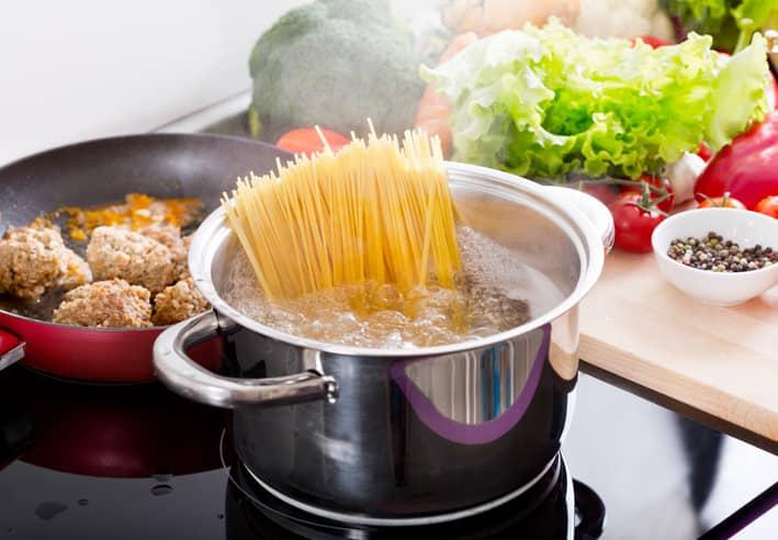 Feilen mange ofte gjør, er å bruke for lite kokevann til mengden pasta.