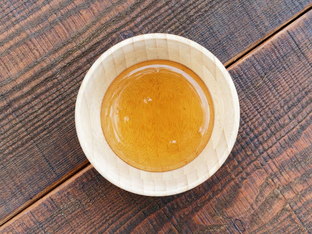 Honning smaker godt i mat, bakverk og varm drikke.