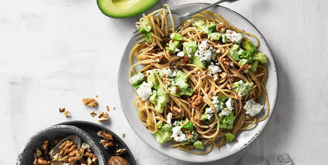 Slik lager du spagetti med avokado, feta og valnøtter