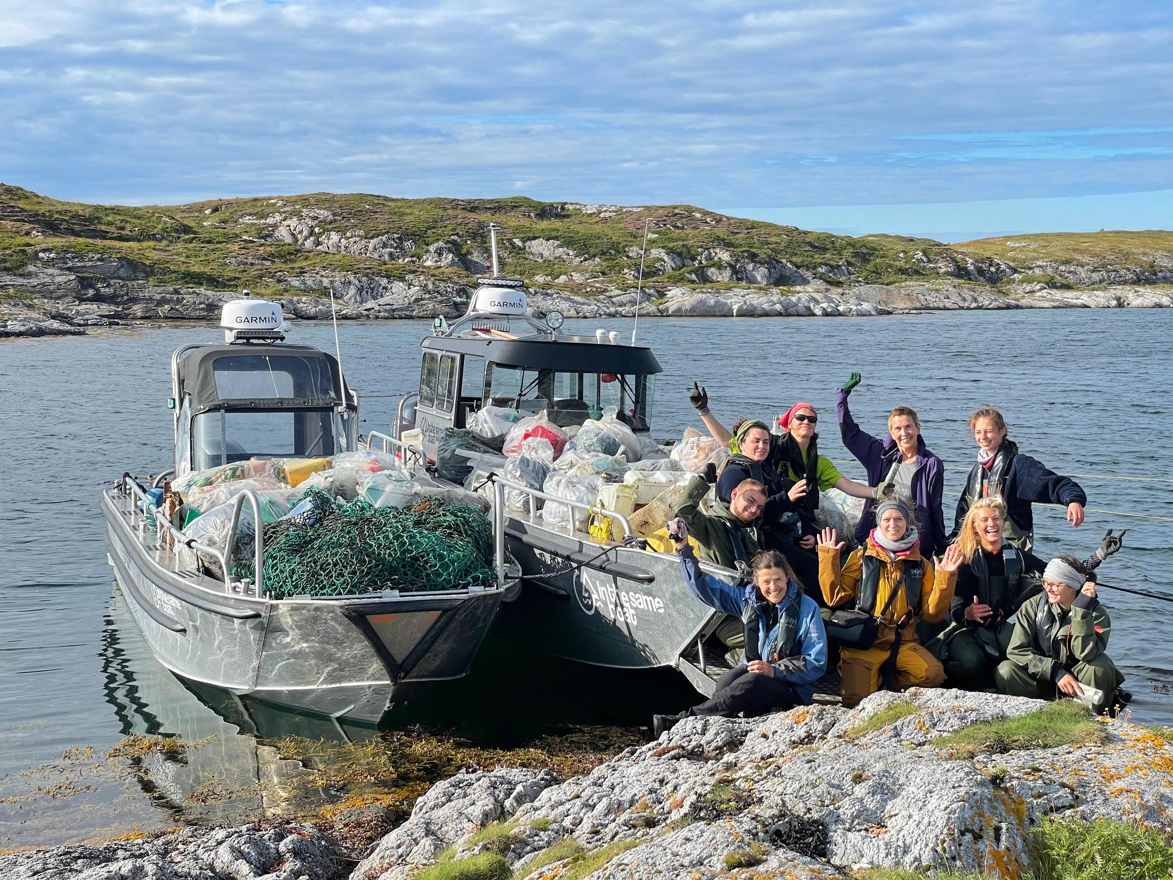 In The Same Boat består av frivillige som sammen rydder plast fra norske strender.