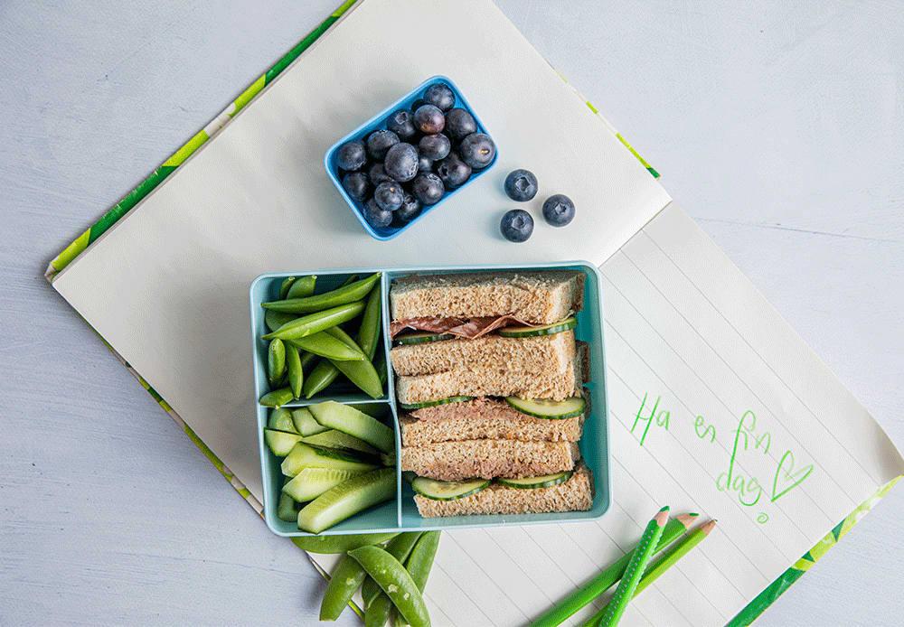 Bruk en matboks med flere rom. Da holder matpakken seg god og frisk hele dagen.