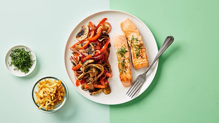 Paprika passer godt både på brødskiven og til middag - som her sammen med Middag for én-laksefilet.