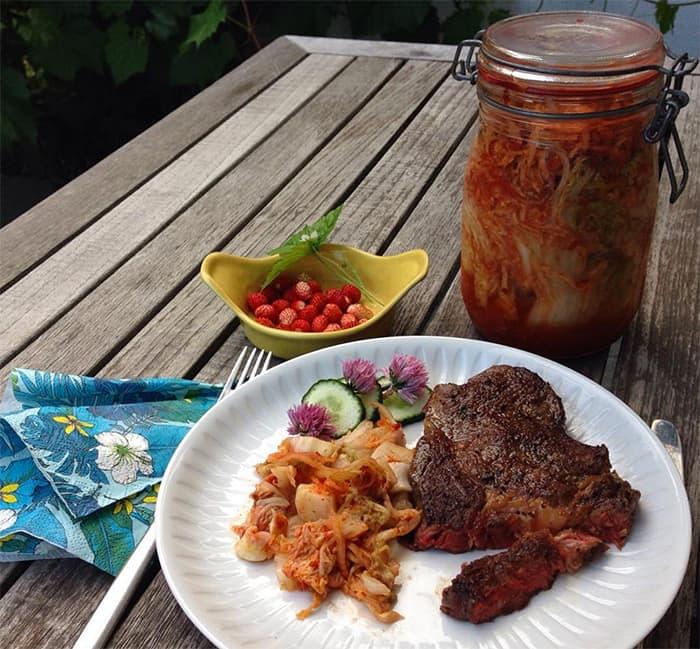 """Da har jeg prøvd meg på kimchi for første gang. Kruttsterk, koreansk """"surkål"""". Bra greier - og 80-tallsstemningen kommer galant sigende ved å spise kinakål."""
