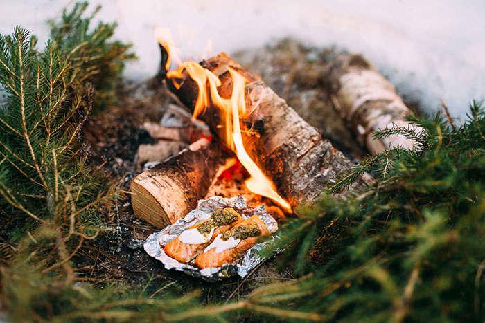 Laks i folie er enkel og sunn turmat som kan tilberedes på bål